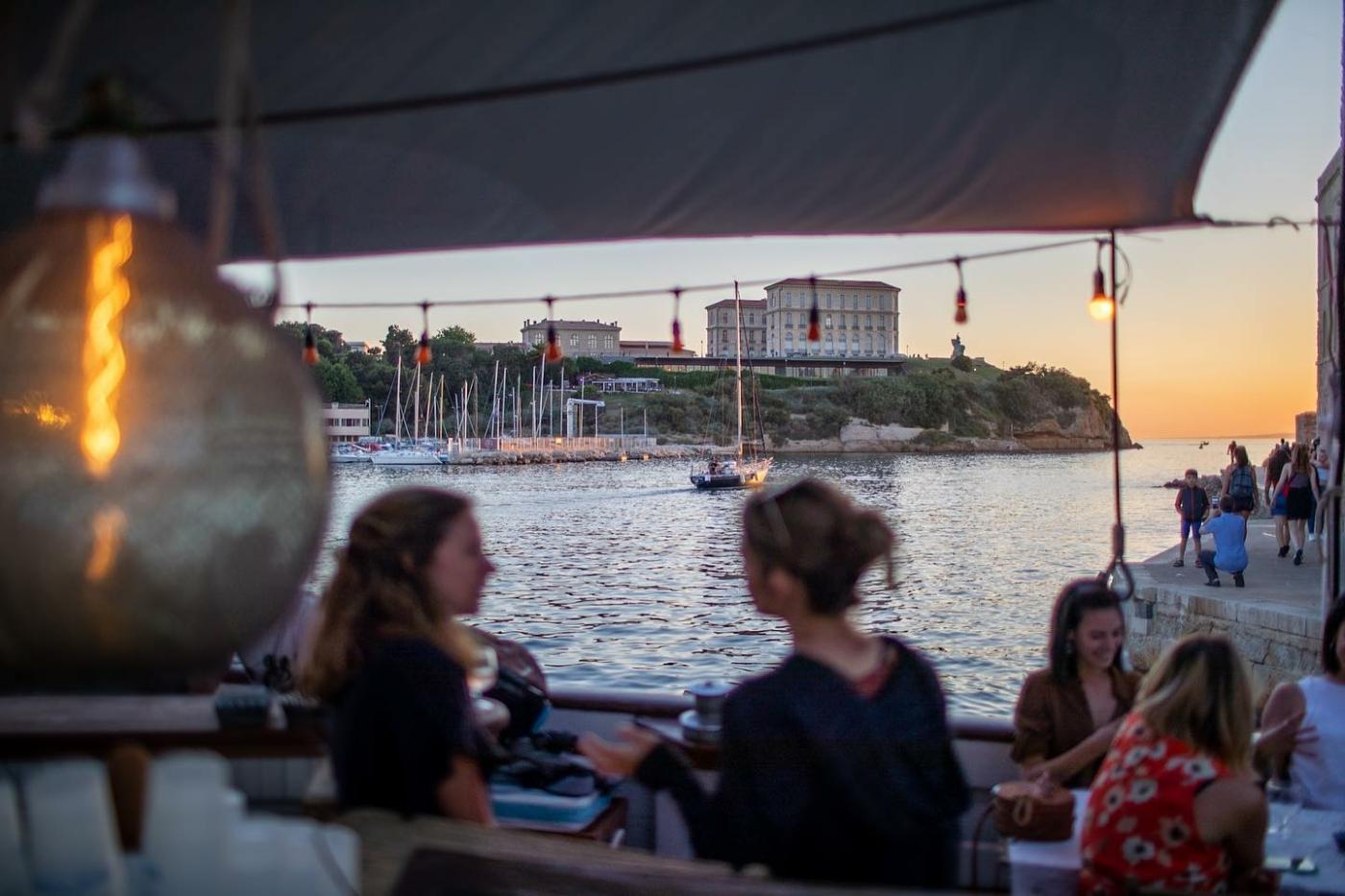 , Le bar sur la mer du fort Saint-Jean accueille de nouveau les Marseillais pour ses apéros à quai, Made in Marseille
