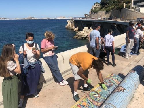 , Vidéo – Le banc de la Corniche Kennedy continue de se couvrir de mosaïques, Made in Marseille
